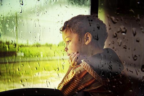 menino na janela trem