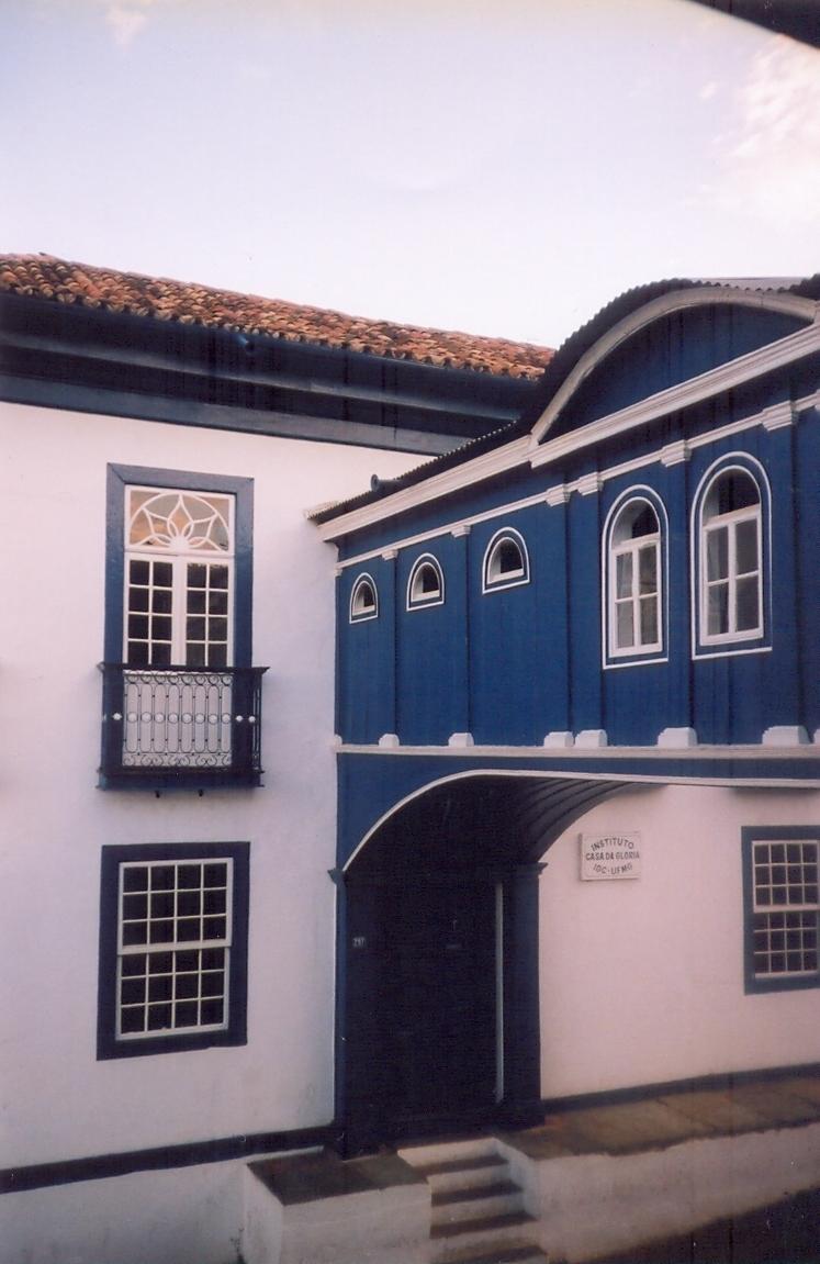 casa colonial com parte do passadiço da Glória