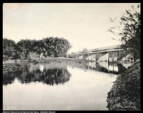 Rio Tietê na altura da Ponte Grande, antes da canalização Foto de Guilherme Gaensly - APESP